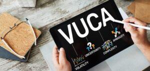 Imagem de um tablet com a sigla VUCA e suas explicações